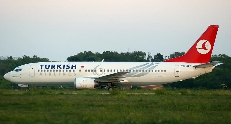 El avión secuestrado de Turkish Airlines en el aeropuerto de Brindisi, en la región italiana de Puglia