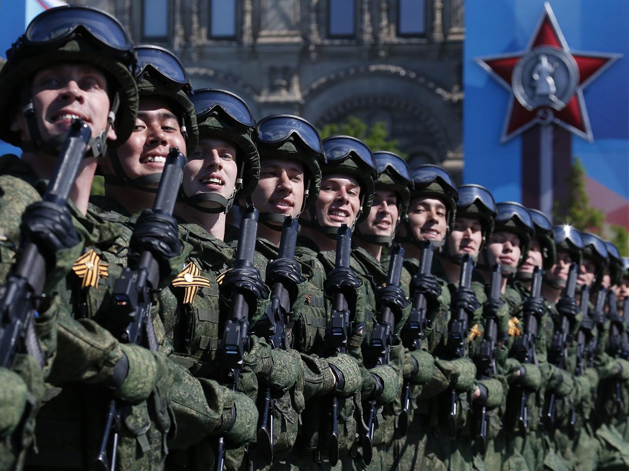 Soldados rusos participan en el desfile militar que celebra el Día de la Victoria sobre la alemania nazi, en la Plaza Roja de Moscú, Rusia. 9 de mayo de 2016.
