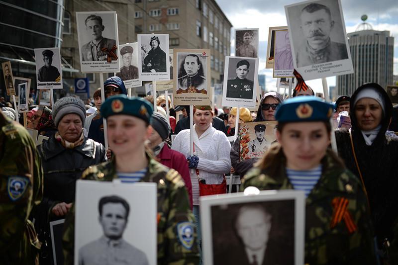 Participantes de la marcha del Regimiento Inmortal en conmemoración al 71.º aniversario del fin de la Gran Guerra Patria, en Novosibirsk, Rusia. 9 de mayo de 2016.