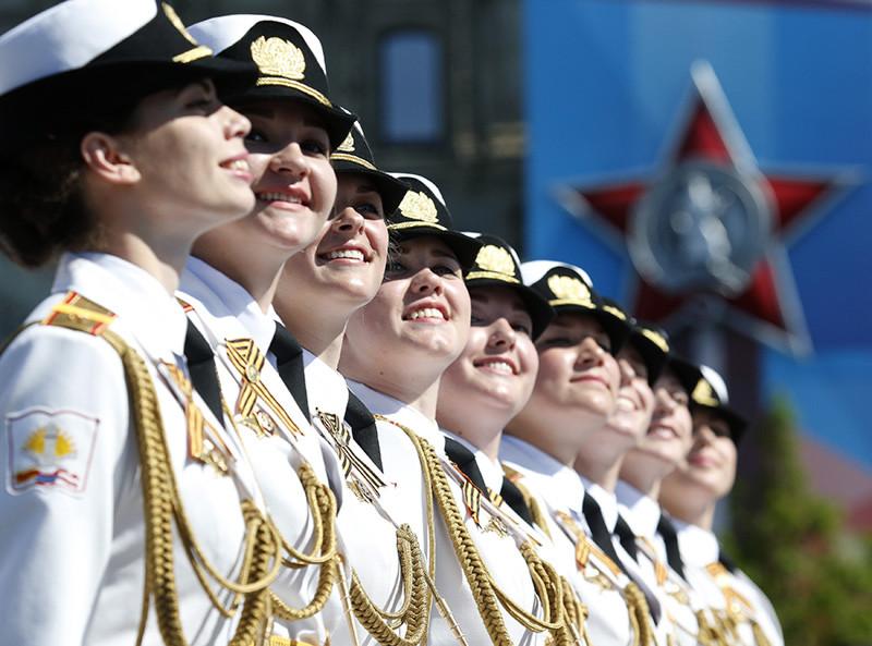 Cadetes de la Academia Militar Femenina Jruliov participan por primera vez en el desfile de la Plaza Roja de Moscú.
