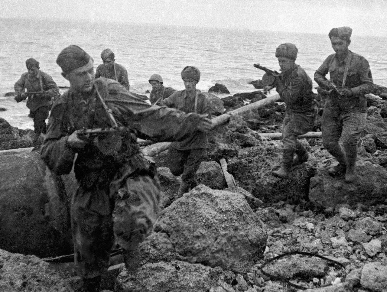 Dsembarco de infantes de marina soviéticos en la costa de Crimea ocupada por el ejército nazi, año 1943.