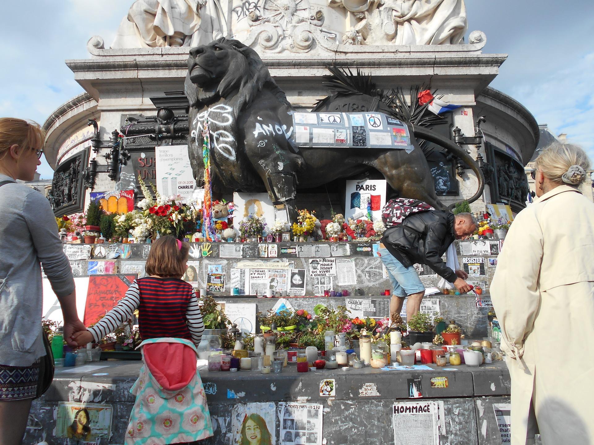 El monumento central, memorial de los atentados y eco de las protestas