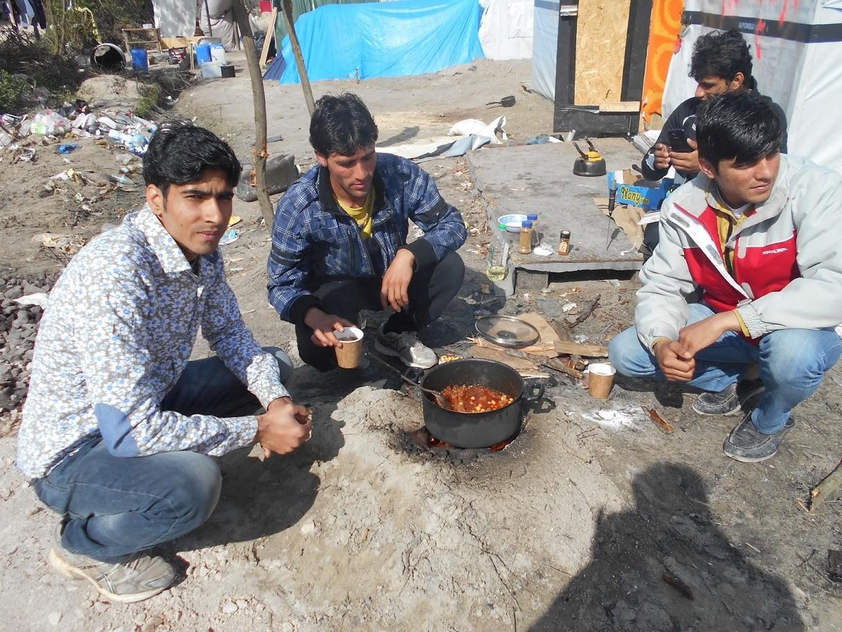 Muchos evitan hacer las filas de la comida gratis y se cocinan su propio alimento