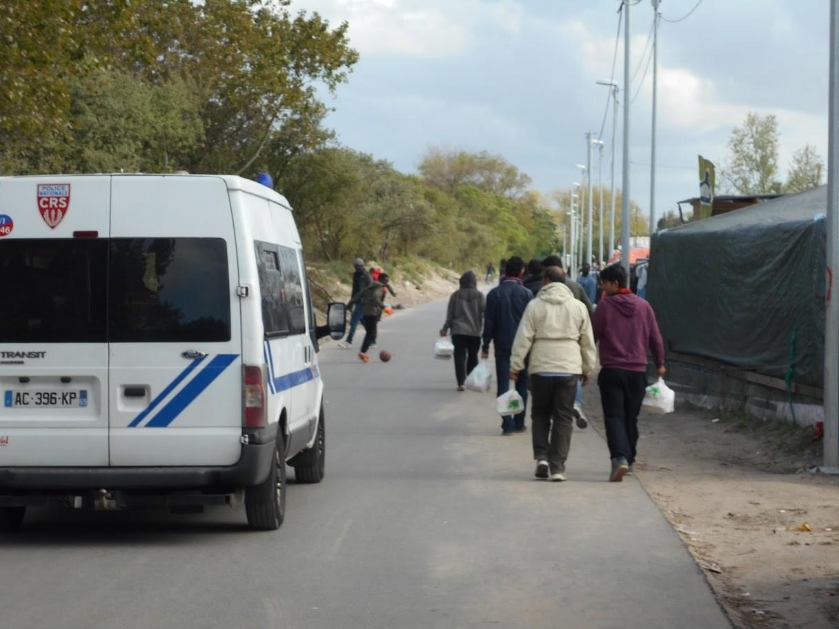 """La policía patrullando uno de los bordes de la """"jungla"""""""