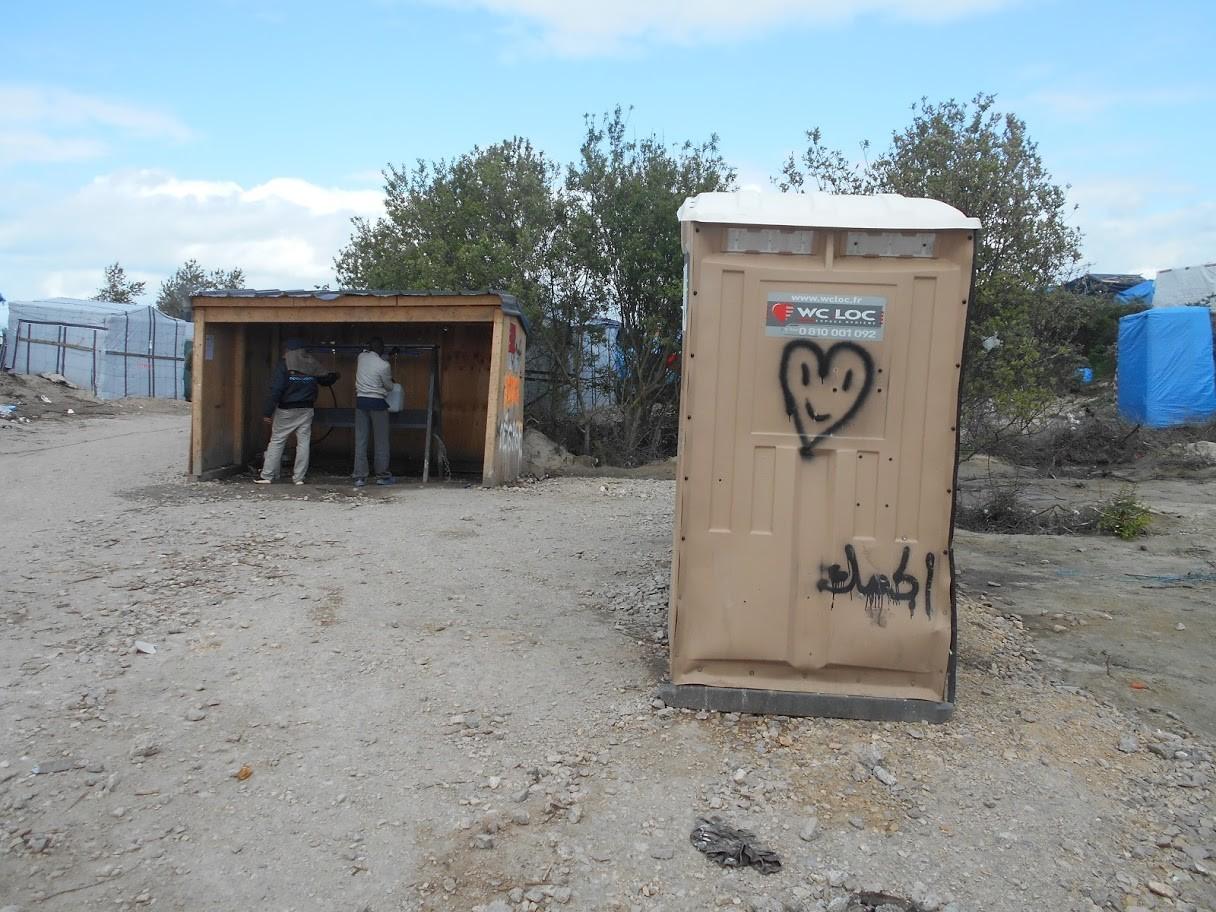 El sector de lavabos y uno de los baños letrina