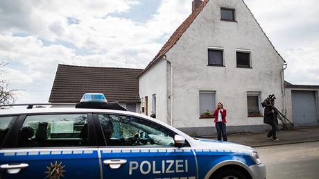 En esta fotografía tomada el 29 de abril de 2016 un coche de policía permanece estacionado delante de una casa en Hoxter, al noroeste de Alemania, donde vivía un hombre y su exmujer, sospechosa de haber secuestrado, abusado y matado a al menos a dos mujeres.