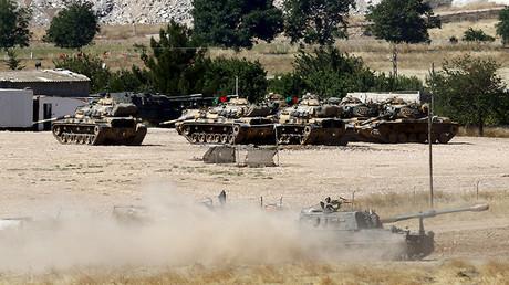 Un grupo de vehículos blindados turcos en la base de Suruc, ubicada en la frontera con Siria.