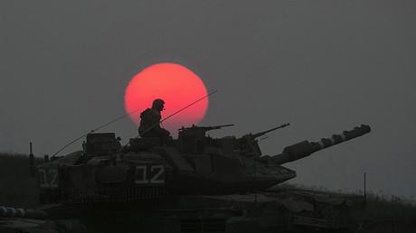 Un tanque israelí maniobra cerca de la Franja de Gaza