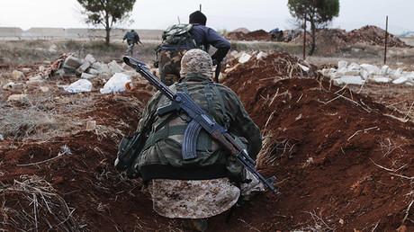 Miembros del grupo extremista Frente Al Nusra se dirigen a sus posiciones cerca del pueblo de Al Zahra, al norte de Alepo, Siria. 25 de noviembre de 2014.