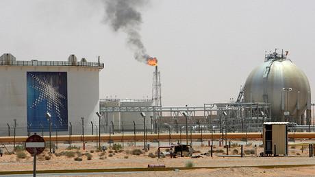 Llamas producidas por gas en el desierto, en cercanías del yacimiento petrolífero Khurais, situado a unos 160 kilómetros de Riad, Arabia Saudita.