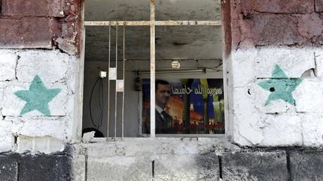 La imagen del presidente sirio Bashar al Assad en un punto de control en las afueras de la zona de Sayeda Zeinab, al sur de Damasco, Siria
