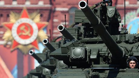 Tanques de combate T-90A durante el desfile militar que conmemora el 71.º aniversario de la victoria en la Segunda Guerra Mundial. Plaza Roja de Moscú, Rusia. 9 de mayo de 2016.