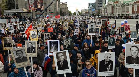 Los participantes de la marcha del Regimiento Inmortal en conmemoración al 71.º aniversario del fin de la Gran Guerra Patria, en Novosibirsk, Rusia. 9 de mayo de 2016.