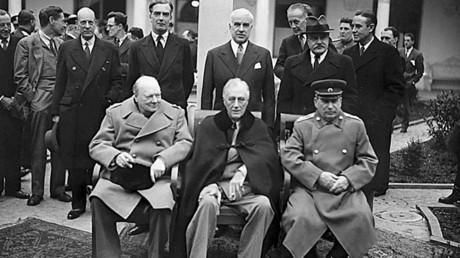 En el centro (sentados de izquierda a derecha): el primer ministro británico Winston Churchill, el presidente de EE.UU. Franklin Delano Roosevelt y el mandatario de la Unión Soviética Iósif Stalin durante la conferencia de Yalta, URSS