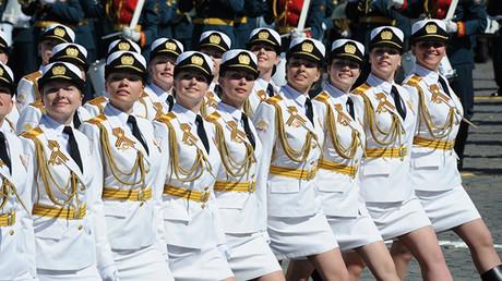 Cadetes de la Academia Militar Femenina Jruliov participan por primera vez en el desfile de la Plaza Roja de Moscú por el 71.º aniversario de la victoria en la Segunda Guerra Mundial. 9 de mayo de 2016.