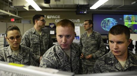 Oficiales trabajan en el Centro de Operaciones Conjuntas del Espacio, en la base aérea de Vandenberg, California. El centro está encargado de la detección e identificación de objetivos artificiales en el espacio.