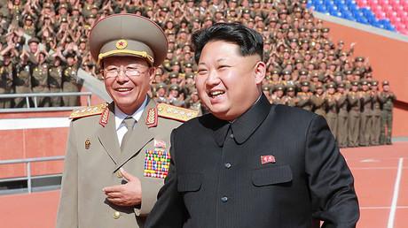 Imagen de una reunión del líder norcoreano, Kim Jong-Un, con soldados que participaron en el desfile militar dedicado al 70.º aniversario de la fundación del Partido de los Trabajadores