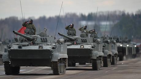 Los vehículos blindados de desembarco BMD-4M en un ensayo de desfile militar