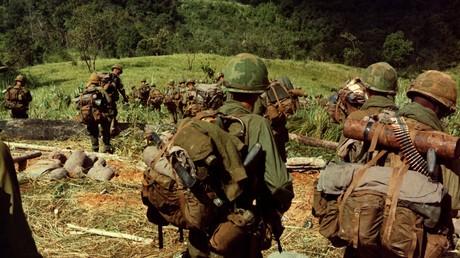 Miembros del Ejército de EE.UU. bajan por una colina a unos 8 kilómetros de la localidad de Dak To, Vietnam, noviembre de 1967.