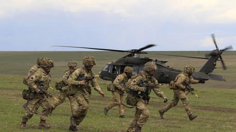 Soldados británicos participan en los ejercicios militares de la OTAN en Smardan, Rumanía, 21 de abril de 2015.