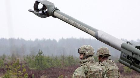 Militares de la OTAN cerca del óbus M-777 durante los ejercicios Operation Summer Shield, en el polígono de Ádazhi, Letonia.