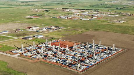 Plataformas de perforación y otros equipos para la extracción de petróleo en Dickinson (Dakota del Norte, EE.UU.), 26 de junio de 2015.