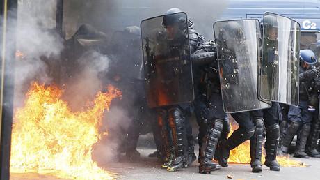 Gendarmes franceses durante los enfrentamientos con los manifestantes en la marcha de este martes contra la reforma laboral