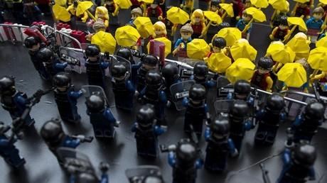 Policía se enfrenta contra manifestantes en el mundo Lego