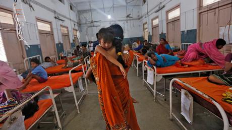 Una mujer y su sobrina, enferma tras consumir comida intoxicada en un colegio en Patna, este de la India, 18 de julio de 2013.