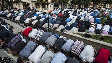 Kosovares musulmanes participan en una oración durante la celebración del Eid al-Fitr, que marca el final del mes de ayuno del Ramadán, en una mezquita de Pristina, el 17 de julio de 2015.