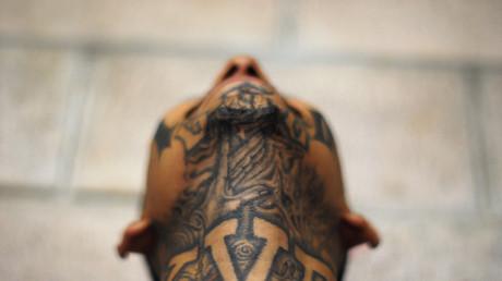 Un miembro de la Mara Salvatrucha posa en la prisión de Izalco, a 65 kilómetros al oeste de San Salvador.