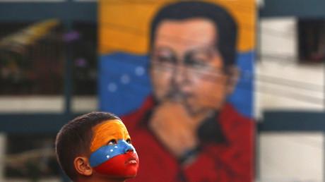 Un joven seguidor del ex presidente Hugo Chávez  fuera del mausoleo en el primer aniversario de su muerte en Caracas 5 de marzo de 2014.