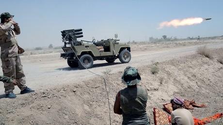 Paramilitares chiitas de Irak lanzan un misil contra las posiciones de los yihadistas del Estado Islámico en el norte de Faluya, en la provincia de Anbar