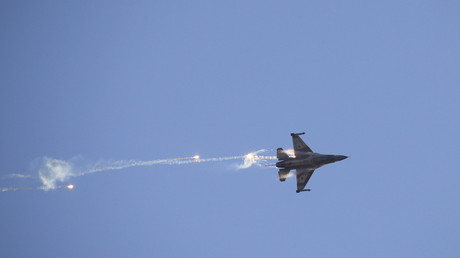 Un bombardero F-16 de la Aviación israelí dispara bengalas durante una demostración aérea en la base de Hatzerim, en el sur de Israel. Diciembre de 2015