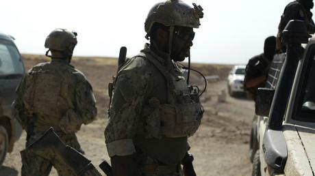 Hombres armados y uniformados identificados como fuerzas de operaciones especiales de Estados Unidos en el pueblo de Fatisah, en la provincia siria de Raqa