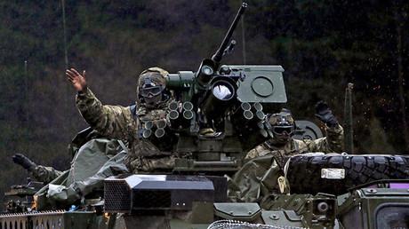 Un soldado del Ejército de EE.UU. saluda a su llegada en la República Checa durante los ejercicios militares 'Dragon Ride'. Harrachov, 29 de marzo de 2015.
