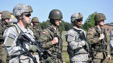 Paracaidistas de EE.UU. y de Polonia participan en ejercicios militares de la OTAN en Polonia, el 25 de abril de 2014.