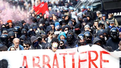 Manifestantes protestan contra un plan que restringirá el paso fronterizo entre Italia y Austria