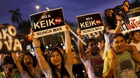 """Manifestantes llevan pancartas """"No a Keiko. Nunca más"""""""