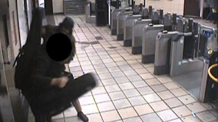 Exconductor de Uber intenta decapitar a un hombre en el metro de Londres (video)