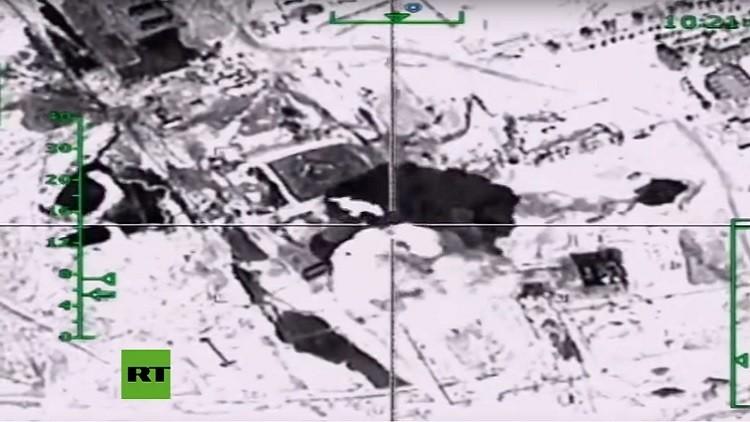 Video: Un bombardero ruso golpea la fuente de financiación del EI cerca de un bastión terrorista