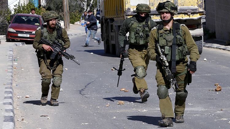 Fuerte video: Acercan un cuchillo al cadáver de un palestino abatido por un soldado israelí