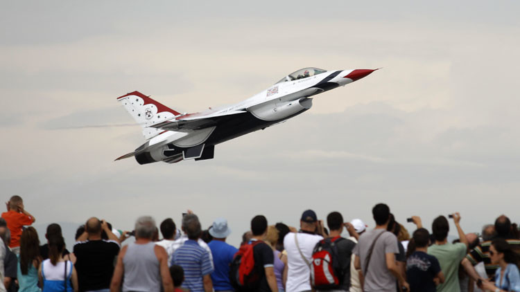 EE.UU.: Un avión se estrella cerca de una academia militar en la que se encontraba Obama