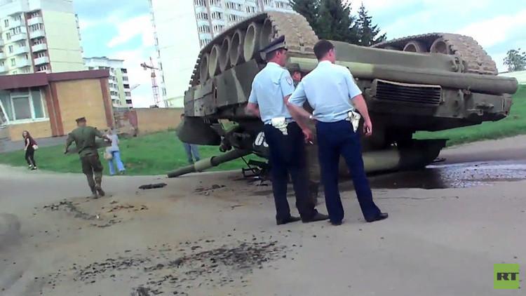 Un tanque T-80 vuelca en plena ciudad cerca de Moscú (Video, fotos)
