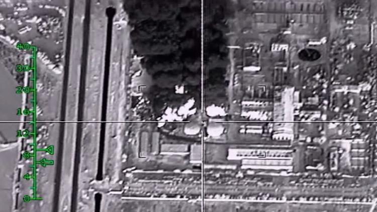 Revelan imágenes de aviones de combate rusos que reducen a cenizas instalaciones petroleras del EI