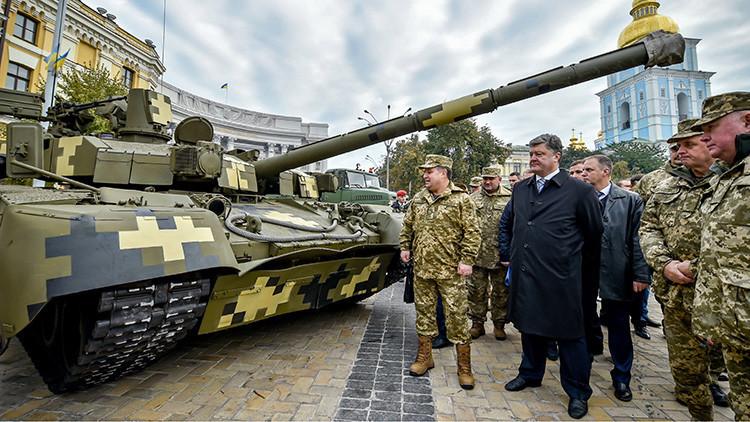 El presidente de Ucrania Piotr Poroshenko y el ministro de Defensa ucraniano,  Stepan Poltorak, en una exposición de armas local.