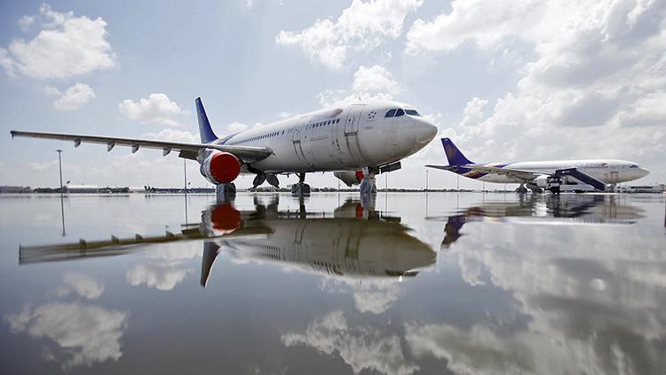 ¿Acusan el déficit de turistas rusos? Sumergen un avión en Turquía para impulsar el turismo (foto)