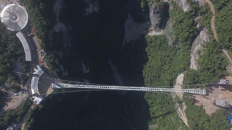 Aterradora y cautivante: Así es la pasarela de vidrio más alta del mundo (Video)
