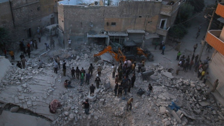 Trabajos de rescate en uno de los barrios de Alepo, Siria, bombardeados por terroristas