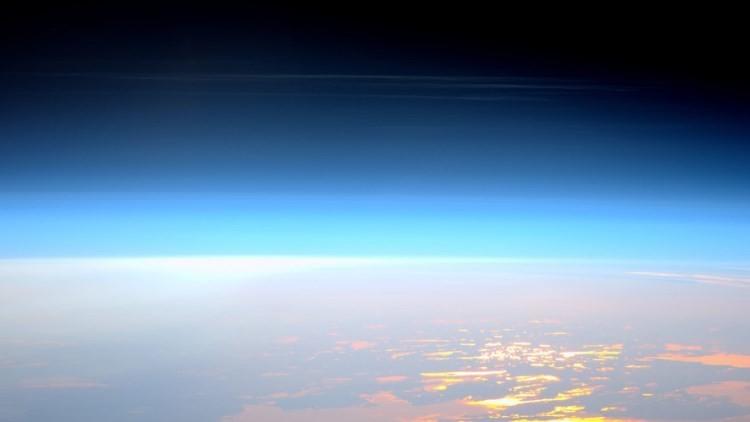 La EEI capta una rara formación de nubes noctilucentes (Foto y Videos)